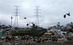 Blindado da Marinha patrulha região de Manguinhos durante operação de pacificação da comunidade. 14/10/2012 REUTERS/Sergio Moraes