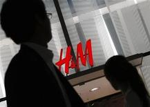 Люди проходят мимо магазина H&M в Токио, 12 сентября 2008 года. Сравнимые продажи Hennes & Mauritz выросли в сентябре 2012 года после низких показателей августа, ослабив опасения относительно влияния замедления мировой экономики на второго по величине в мире ритейлера одежды. REUTERS/Toru Hanai