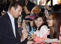 """Актер Лиам Нисон раздает автографы перед показом фильма """"Заложница 2"""" в Сеуле, 17 сентября 2012 года. Триллер с Лиамом Нисоном """"Заложница 2"""" в суровой борьбе с двумя новичками проката снова оказался лучшим и сохранил лидирующую позицию в североамериканском бокс-офисе. REUTERS/Kim Hong-Ji"""