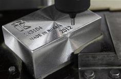 """Слиток палладия с содержанием металла 99,96 процента в процессе гравировки на заводе Красцветмет в Красноярске, 12 апреля 2012 года. Дефицит палладия на мировом рынке составит по итогам года порядка 300.000-400.000 унций, а цены на никель могут немного прибавить в четвертом квартале, сказал в интервью Рейтер замглавы трейдинговой """"дочки"""" Норникеля - Норметимпэкс - Антон Берлин. REUTERS/Ilya Naymushin"""