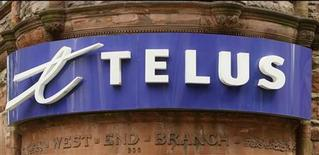 A Telus retail store is seen in downtown Montreal, June 21, 2007. BCE Inc., Canada's largest telecoms group and a possible target of three international buyout bid groups, said it was in talks to explore the possibility of combining with rival Telus Corp. REUTERS/Shaun Best