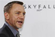 """O ator Daniel Craig posa em frente ao logotipo do novo filme da série 007, """"Operação Skyfall"""", em um restaurante em Londres, no Reino Unido. 3/11/2011 REUTERS/Luke MacGregor"""