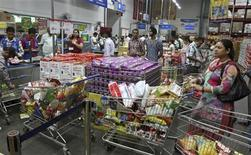 Customers wait to pay for their goods at a Best Price Modern Wholesale store, a joint venture of Wal-Mart Stores Inc and Bharti Enterprises, at Zirakpur in the northern Indian state of Punjab September 14, 2012. REUTERS/Ajay Verma