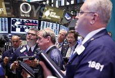 Трейдеры на Нью-Йоркской фондовой бирже, 15 октября 2012 года. Американские акции выросли в понедельник благодаря квартальной отчетности Citigroup и показателю розничных продаж. REUTERS/Brendan McDermid
