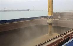 Погрузка зерна на судно в порту Актау на каспийском побережье Казахстана, 15 марта 2012 года. Казахстан, крупнейший производитель зерна в Центральной Азии, прогнозирует сбор зерна в чистом весе на уровне 12-13 миллионов тонн, а экспорт - в 8,0 миллиона, сообщили чиновники во вторник. REUTERS/Olga Yaroslavskaya