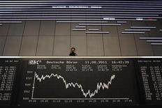 Экран с динамикой индекса DAX на Франкфуртской фондовой бирже, 11 августа 2011 года. Европейские акции растут вслед за рынками США и Азии благодаря отчету Citigroup и американской статистике. REUTERS/Alex Domanski