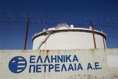 НПЗ Hellenic Petroleum в Аспропиргосе, 24 февраля 2012 года. Греция планирует объявить конкурсы по продаже или сдаче в аренду части государственных активов, в том числе крупнейшего нефтеперерабатывающего завода и двух портов, в попытке расплатиться с долгами и выполнить условия предоставления международной помощи. REUTERS/John Kolesidis