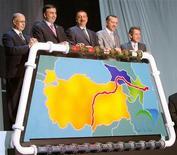 Президенты Турции, Грузии, Азербайджана, турецкий премьер и глава британской BP на церемонии открытия терминала для каспийской нефти в турецком городе Адане 13 июля 2006 года. Европа может получить первый газ с каспийских месторождений Апшерон и Азери-Чираг-Гюнешли в 2020 году, сказал представитель британской BP, пережившей на днях залп критики со стороны президента Азербайджана из-за снижения темпов добычи углеводородов. REUTERS/Fatih Saribas