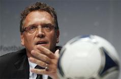 O secretário-geral da Fifa Jeróme Valcke gesticula durante coletiva de imprensa em Zurique, em julho. Neste terça-feira, Valcke colocou em dúvida a realização da Copa das Confederações de 2013 em seis cidades, conforme o planejado inicialmente, por causa do atraso nas obras de ao menos um estádio. Foto de Arquivo. 05/07/2012 REUTERS/Michael Buholzer