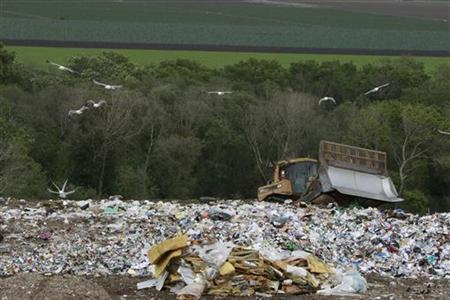 A bulldozer shifts garbage at the Monterey Regional Waste Management District landfill on Earth Day on the outskirts of Monterey in California April 22, 2008. REUTERS/Darrin Zammit Lupi