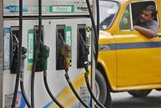 Водитель стоит в очереди на АЗС в Калькутте, 14 июня 2012 года. Цены на нефть Brent держатся вблизи $114 за баррель на фоне напряженности на Ближнем Востоке и надежд на успешное преодоление финансового кризиса еврозоны. REUTERS/Rupak De Chowdhuri