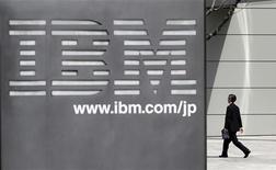 Мужчина проходит мимо штаб-квартиры IBM Japan в Токио, 18 марта 2010 года. Выручка IBM не оправдала надежд рынка по причине снижения корпоративных расходов на технологическое обновление и высокого курса доллара, сообщила компания в среду. REUTERS/Toru Hanai