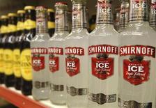 Бутылки Smirnoff Ice и пива Guinness на полке лондонского магазина, 28 августа 2008 года. Продажи Diageo, крупнейшего в мире производителя спиртных напитков, за июль-сентябрь выросли на 5 процентов благодаря спросу на ряд товаров, включая водку Smirnoff и ром Captain Morgan, в США и на развивающихся рынках. REUTERS/Suzanne Plunkett