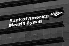 Здание с офисом Bank of America Merrill Lynch в Сингапуре, 17 мая 2012 года. Прибыль Bank of America Corp в третьем квартале 2012 года составила $340 миллионов, поскольку урегулирование юридического спора и другие расходы, о которых сообщалось ранее, негативно повлияли на его результаты. REUTERS/Tim Chong