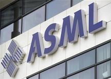 Логотип ASML в Вельдховене, 18 января 2012 года. Крупнейший в мире производитель микрочипов ASML намерен купить за 1,95 миллиарда евро ($2,5 миллиарда) американскую Cymer, одного из ключевых разработчиков технологий, которые будут использоваться в чипах нового поколения. REUTERS/Robin van Lonkhuijsen/United Photos