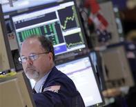 Трейдер на Нью-Йоркской фондовой бирже, 16 октября 2012 года. Американские акции выросли в среду благодаря сильным показателям рынка жилья. REUTERS/Brendan McDermid