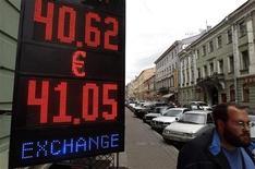 Мужчина проходит мимо пункта обмена валют в Санкт-Петербурге, 8 августа 2011 года.Рубль показывает минимальные положительные изменения к доллару США и корзине валют, отражая смещение баланса текущих корпоративных потоков в сторону продавцов валюты в налоговый период, подорожал в паре с евро, отскочившего с месячного максимума на форексе. REUTERS/Alexander Demianchuk