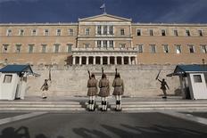 Смена почетного караула у здания парламента в Афинах, 17 октября 2012 года. Греция и ее международные кредиторы согласовали большинство мер экономии и реформ, необходимых, чтобы страна получила очередной финансовый транш, сообщили кредиторы на исходе визита в Афины в среду. REUTERS/Yorgos Karahalis