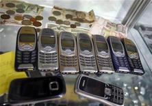 Телефоны Nokia в ремонтной мастерской в Инсбруке, 16 октября 2012 года. Nokia получила очередной квартальный убыток и сократила денежные резервы, но результаты оказались лучше прогнозов. REUTERS/Dominic Ebenbichler