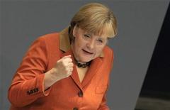 Немецкий канцлер Ангела Меркель выступает в Бундестаге в Берлине, 18 октября 2012 года. Канцлер Германии Ангела Меркель считает необходимым наделить ЕС правом вмешиваться в бюджетную политику государств блока, когда те нарушают положения европейского пакта о стабильности. REUTERS/Tobias Schwarz