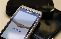 Celulares da Nokia são expostos em loja em Riga, Letônia. A Nokia apresentou nesta quinta-feira um prejuízo menor do que o esperado para o terceiro trimestre, mas alertou sobre difíceis desafios à frente, e investidores acreditam que a sobrevivência da companhia depende da capacidade de seus novos smartphones ganharem mercado. 18/07/2012 REUTERS/Ints Kalnins