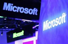 Логотипы Microsoft на стенде компании на выставке в Лас-Вегасе, 10 января 2012 года. Квартальная прибыль Microsoft Corp показала большее, чем ожидалось, снижение на фоне сокращения продаж персональных компьютеров, использующих операционную систему Windows. REUTERS/Rick Wilking