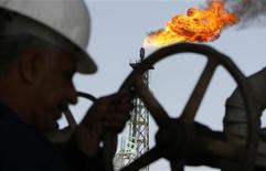 Иракский рабочий крутит вентиль на НПЗ в Басре, 29 марта 2007 года. Цена нефти Brent держится выше $112 за баррель, но, вероятно, снизится за неделю из-за предстоящего возобновления добычи на крупнейшем месторождении Великобритании. REUTERS/Atef Hassan