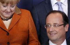 Президент Франции Франсуа Олланд и канцлер Германии Ангела Меркель на саммите в Брюсселе, 18 октября 2012 года. Лидеры Евросоюза сделали большой шаг к созданию единого банковского надзорного органа для еврозоны, договорившись, что он начнет работать в следующем году, открыв для фонда помощи возможность закачивать деньги напрямую в проблемные банки. REUTERS/Christian Hartmann