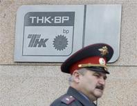 Офицер милиции проходит мимо московского офиса ТНК-BP, 11 июня 2008 года. Российское МВД в разгар переговоров о покупке государственной Роснефтью доли в ТНК-ВР, совпавших со скандалом вокруг экс-менеджера российско-британской компании, задержало по подозрению в мошенничестве другого сотрудника ТНК-ВР, не назвав его имени и сообщив, что он возглавляет департамент ТНК-BP по взаимодействию с государственными органами. REUTERS/Sergei Karpukhin