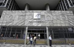 People enter and leave the headquarters building of Brazilian state oil company Petrobras in Rio de Janeiro September 24, 2010. REUTERS/Bruno Domingos
