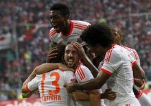 David Alaba, do Bayern Munich, pula sobre seus companheiros para comemorar o gol de Rafinha contra o Fortuna Duesseldorf, neste sábado.