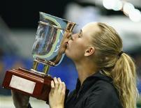 A dinamarquesa Caroline Wozniacki beija seu trofeu após derrotar a australiana Samantha Stosur na final feminina da Copa Kremlin, em Moscou. 21/10/2012 REUTERS/Grigory Dukor