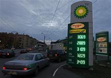 <p>Station BP à Saint-Pétersbourg. BP et Rosneft s'apprêtent à annoncer une alliance de plus de 25 milliards de dollars (19,2 milliards d'euros) qui pourrait permettre à BP de prendre entre 16% et 20% du capital du groupe pétrolier public russe, selon des sources proches du dossier. /Photo prise le 18 octobre 2012/REUTERS/Alexander Demianchuk</p>