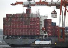 <p>Les exportations japonaises ont subi en septembre leur baisse la plus marquée depuis les deux mois qui ont suivi le séisme et le tsunami du 11 mars 2011, le ralentissement de l'activité en Chine et dans la zone euro continuant de peser sur les ventes à l'étranger de la troisième puissance économique mondiale. /Photo d'archives/REUTERS/Issei Kato</p>