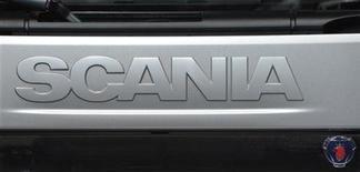 Логотип Scania, сфотографированный во время автошоу в Гановере, 18 сентября 2012 года. Прибыль производителя грузовиков Scania снизилась в большей, чем ожидалось, степени в третьем квартале 2012 года, сообщила компания. REUTERS/Fabian Bimmer