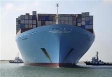 Контейнеровоз Edith Maersk в порту Восточный Порт-Саид в Суэцком канале, 5 октября 2012 года. Один из крупнейших в РФ портовых операторов Global Ports покупает 25 процентов контейнерного терминала Восточная стивидорная компания (ВСК) у международной DP World за $230 миллионов, сообщила компания в понедельник. REUTERS/Stringer