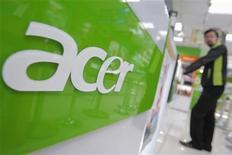 Продавец стоит перед полкой Acer в магазине в Тайбэй, 15 июня 2012 года. Квартальная прибыль тайваньской Acer Inc выросла по сравнению с прошлым кварталом, однако оказалась значительно ниже прогнозов. REUTERS/Yi-ting Chung