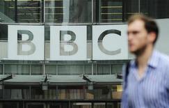 Pedestre caminha por logo da BBC na sede da emissora Broadcasting House, no centro de Londres. O editor do principal programa de notícias da BBC deixou o cargo. 22/10/2012 REUTERS/Olivia Harris