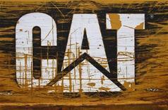 Логотип Caterpillar на бульдозере в пункте аренды строительной техники в Сан-Антонио, Техас, 19 марта 2012 года. Квартальная прибыль Caterpillar Inc подскочила почти на 50 процентов частично за счет роста продаж в США и увеличения цен, сообщила компания в понедельник. REUTERS/Richard Carson