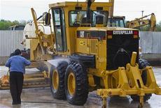 <p>Caterpillar revoit à la baisse ses objectifs 2012. Le numéro un mondial des équipements de construction et de travaux publics, évoque un ralentissement plus fort que prévu de la croissance mondiale. /Photo d'archives/REUTERS/Richard Carson</p>