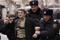 Полицейские задерживают оппозионера в Баку, 12 марта 2011 года. Полиция Азербайджана задержала в центре Баку около 30 молодежных активистов и представителей оппозиции, попытавшихся провести акцию с требованием роспуска парламента и смены власти, сообщил корреспондент Рейтер с места событий. REUTERS/Orhan Orhanov