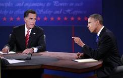 O candidato republicano à Casa Branca, Mitt Romney (esquerda), e o presidente norte-americano, o democrata Barack Obama, candidato à reeleição, participam de debate sobre política externa em Boca Raton, na Flórida, Estados Unidos, na segunda-feira. 22/10/2012 REUTERS/Joe Skipper