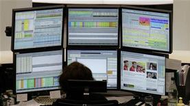 Трейдер на Франкфуртской фондовой бирже, 12 сентября 2012 года. Европейские акции упали до недельного минимума на фоне неоднозначной квартальной отчетности компаний. REUTERS/Remote/Pawel Kopczynski