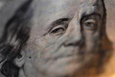 Портрет Бенджамина Франклина на стодолларовой купюре, Токио, 9 сентября 2010 года. Иена частично восстановила позиции, упав в начале дня до трехмесячного минимума к доллару и пятимесячного минимума к евро на фоне ожиданий смягчения политики Банка Японии. REUTERS/Yuriko Nakao