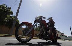 Мотоциклист на Harley Davidson у пляжа Варадеро на Кубе 14 апреля 2012 года. Квартальная прибыль производителя мотоциклов Harley-Davidson Inc снизилась на фоне реорганизации производственной структуры его крупнейшего завода, сообщила компания. REUTERS/ENRIQUE DE LA OSA