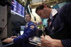 Трейдеры на Нью-Йоркской фондовой бирже, 19 октября 2012 года. Американские рынки акций открылись снижением во вторник. REUTERS/Brendan McDermid