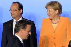 Британский премьер Дэвид Кэмерон проходит перед президентом Франции Франсуа Олландом и немецким канцлером Ангелой Меркель на саммите НАТО в Чикаго, 20 мая 2012 года. Лидерам ЕС предстоят два месяца жестких переговоров на тему денежно-кредитной политики и будущего управления еврозоной, чтобы доказать, что угроза единой валюте исчезла. REUTERS/Philippe Wojazer