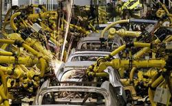 Robôs constroem estruturas de carros da KIA em fábrica em Zilina, Eslováquia. A KIA Motors mantém planos de construir uma fábrica no Brasil, mas as intenções foram atingidas pela aprovação do novo regime automotivo brasileiro pelo governo, que impôs quotas de importação bem abaixo do volume atualmente vendido pela fabricante sul-coreana no país. 03/10/2012 REUTERS/Petr Josek