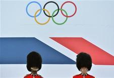 Soldados da cavalaria de plantão em desfile de atletas olímpicos e para olímpicos em Londres. 10/09/2012 REUTERS/Toby Melville