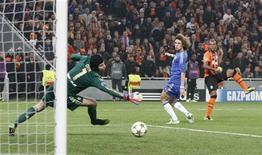 Fernandinho, do Shakhtar Donetsk (direita), marca um gol sobre o goleiro do Chelsea Petr Cech (esquerda) durante partida na Donbass Arena em Donetsk, na Ucrânia. 23/10/2012 REUTERS/Valery Belokryl